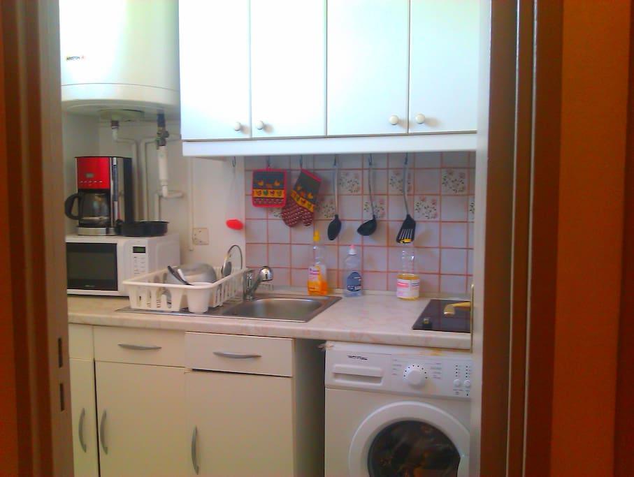 La cuisine est entièrement équipée ( ustensiles de cuisine, cafetière, plaque éléctrique, micro- onde,...)