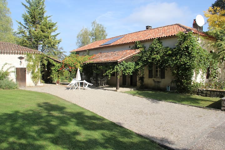 A large family home with an incredible view & pool - Tournon-d'Agenais - Hus