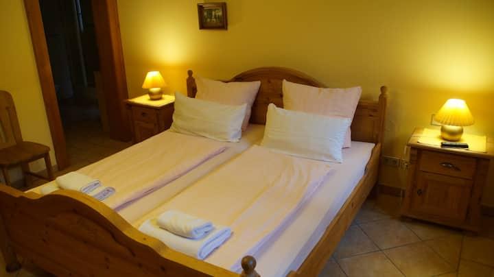Doppel- oder Zweibettzimmer - eigenes Badezimmer