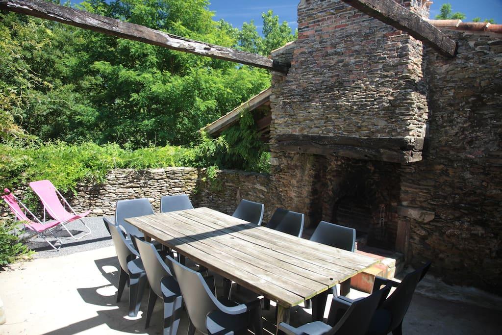La terrasse close avec le barbecue dans la cheminée