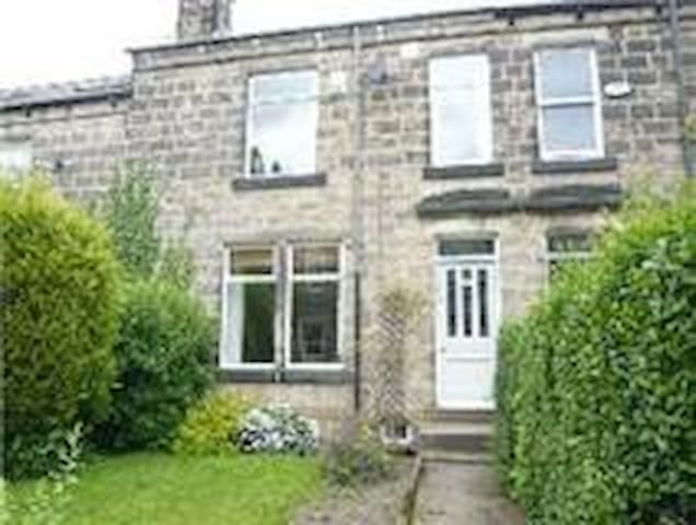 Beautiful stone terrace in buzzing Horsforth - Horsforth - House