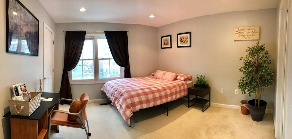 Private bedroom and bathroom by Shady Grove metro