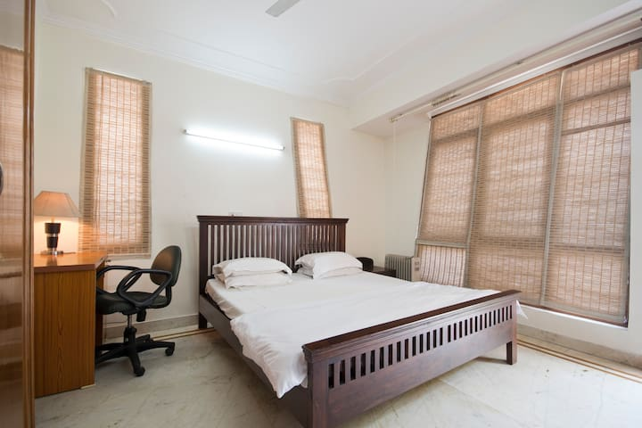 Spacious Private Room @ Defence Colony - New Delhi - Apartment