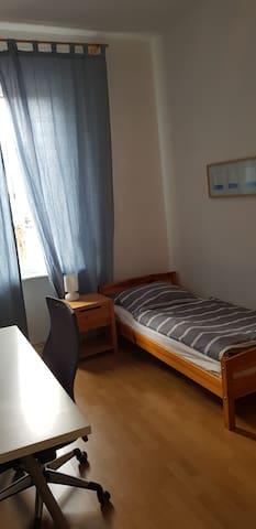 (2) Zimmer für 1-Person/Kind Einzelbett 2,00x0,90m, Schreibtisch, Schrank, Regale
