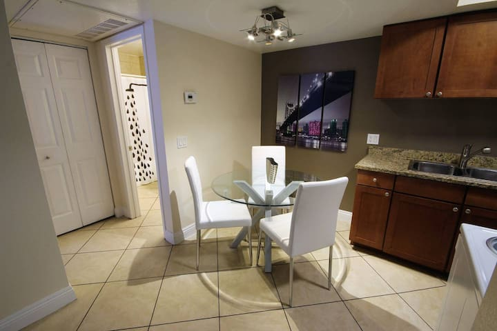 1BR/1BA Patio, Pool, Washer/Dryer near Strip S155
