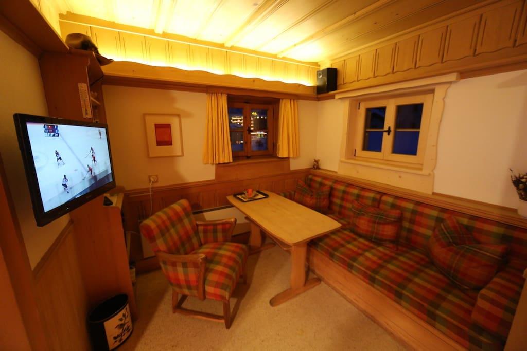 Wohnabteil mit Sofa, TV und Radio