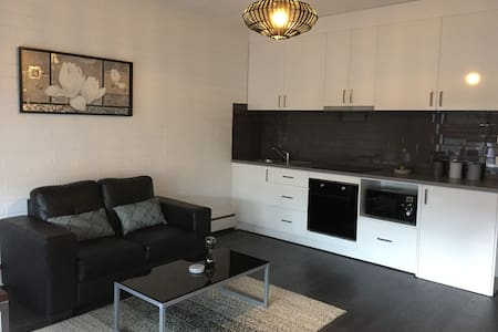 Lady Bay Stays - central modern apartment.