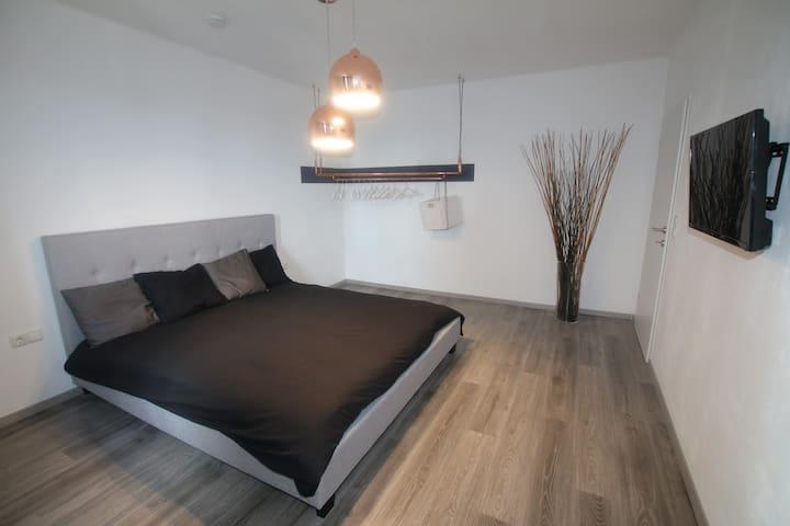 Modernes Apartment - zentral mit schöner Aussicht - Wels - Apartment