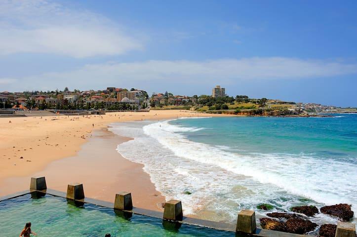 Approx 10 min walk to beautiful Coogee beach, ocean pools, restaurants, bars, cafes, shops, yoga  etc.