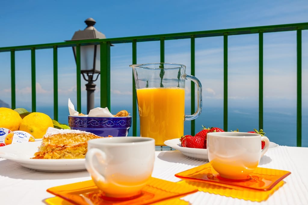 Colazione in terrazzo con vista mare.