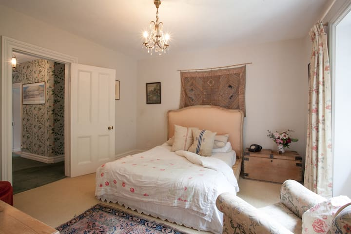 Large, light double room (Morris) - Castle Cary