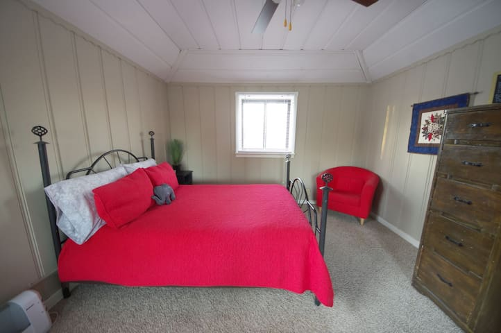 Cozy Upstairs Bedroom Minutes from Downtown