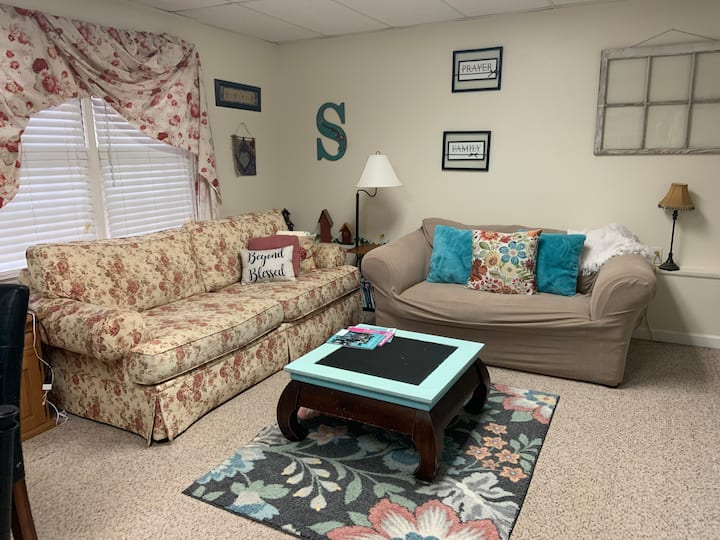 Shabby Chic Retreat  (Downstairs /private)