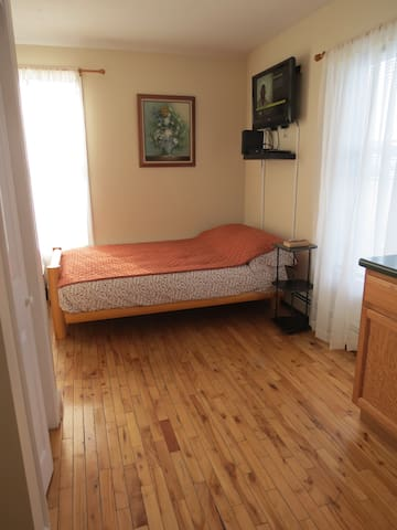 Cozy studio apartment, few min walk from the beach