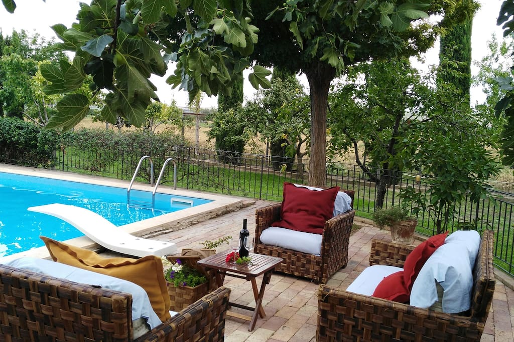 a bordo piscina con un buon vino...