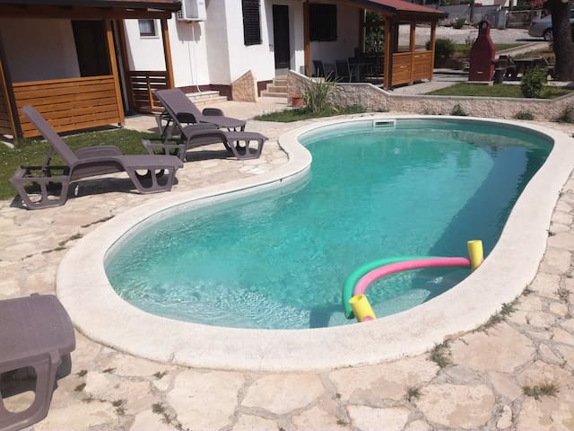 Apt with pool 50m from the beach