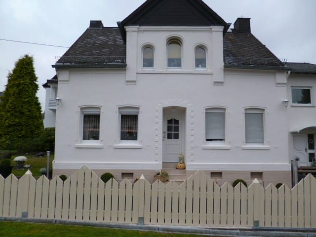 Inexpensive place to stay for short - Ebernhahn - House