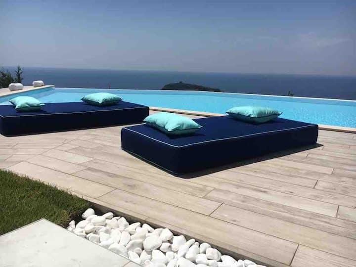 Villa con piscina di acqua salata a sfioro isola
