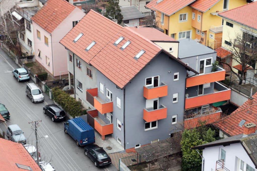 Stambena kuća u kojoj se nalazi apartman na 2.katu