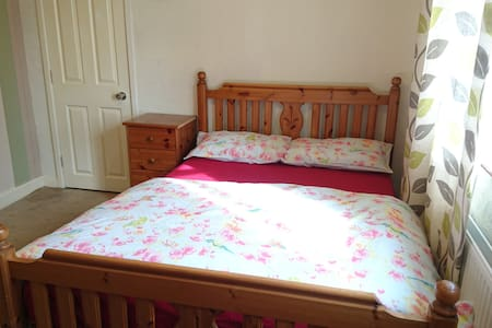 Beautiful double bed room in quiet and nice area