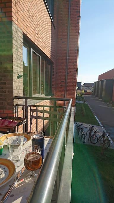 Terrasse med kveldssol - mot rolig bakgård uten traffikk.