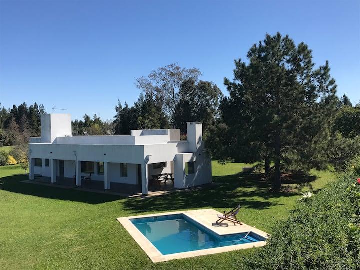 Hermosa casa sobre Lago Salto Grande con Piscina