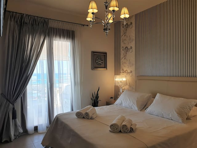 ★ Private luxury 2bdrm apartment - Walk to beach★