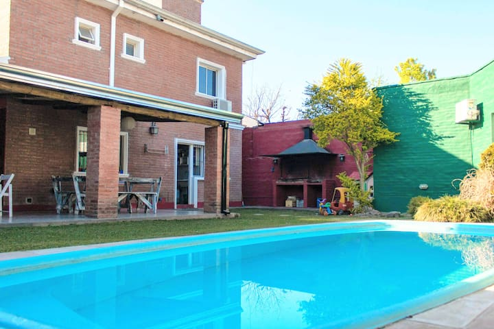 Ample House for 11 people with Pool and BBQ
