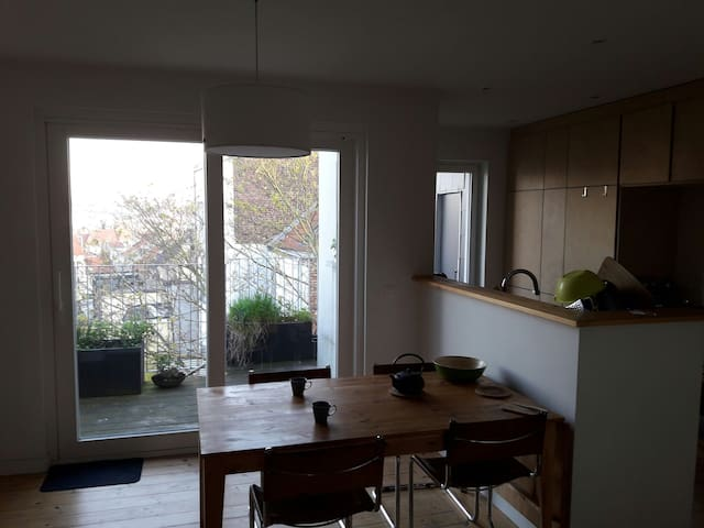 Calm and cozy room in a modern duplex (Flagey) - Ixelles - Apartamento