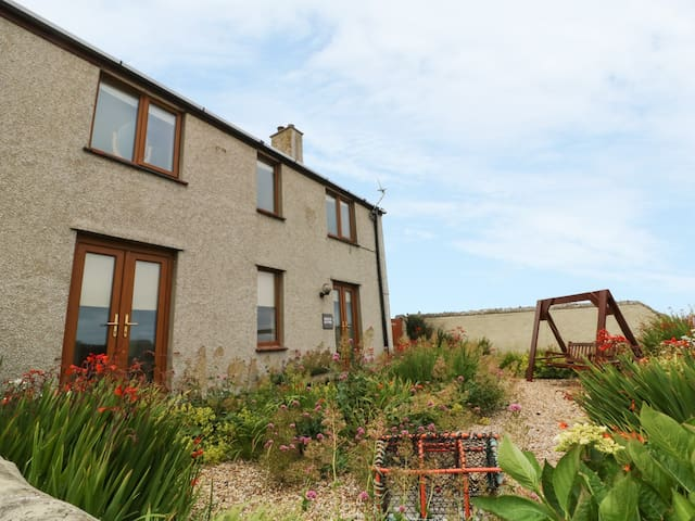 BEACON COTTAGE, pet friendly, with a garden in Cemaes Bay, Ref 988078