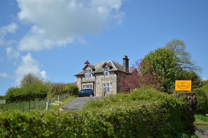 Big country house near Glasgow & beach, sleeps 8