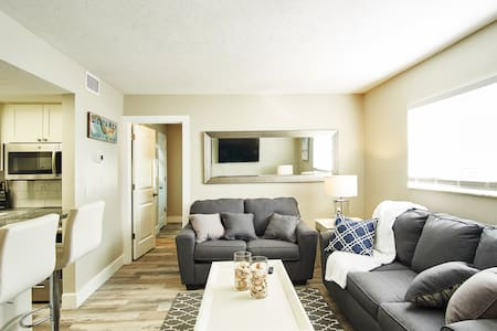Siesta Key Village Suite 1: a block to the beach!