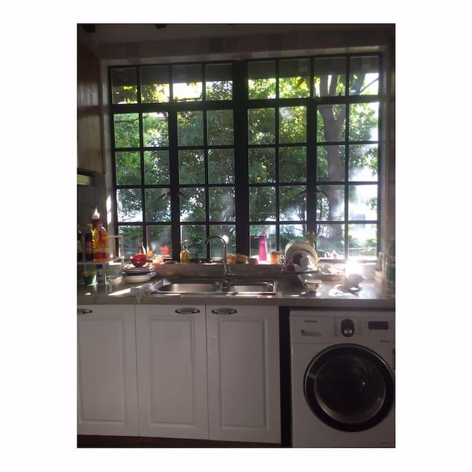 厨房,窗外斑驳的光影映射进来