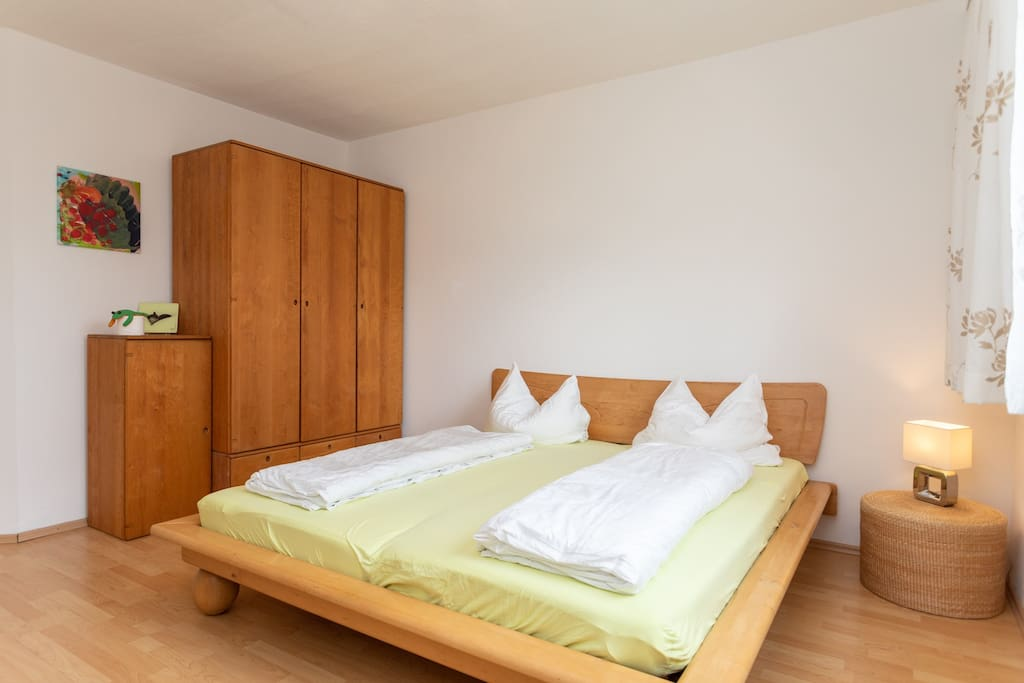 Schlafzimmer 2 mit Doppelbett und Qualitätsmatratzen. Bedroom 2 with double bed and quality mattresses.