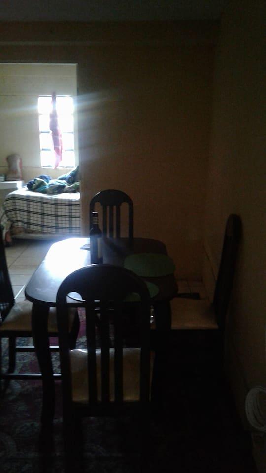 Cuenta con comedor, pila, lavadora, baño, estufa, buena iluminación, acceso a varios sectores de la ciudad.