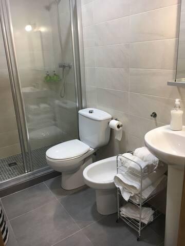 Cuarto de baño de la planta de abajo.