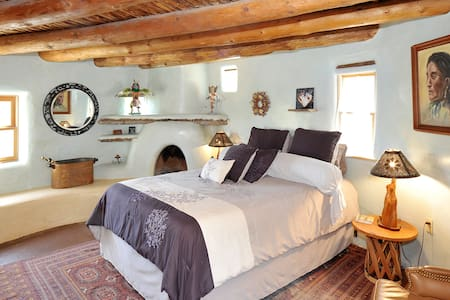 Santa Fe Style Casita near Canyon Rd & Mtn. Views
