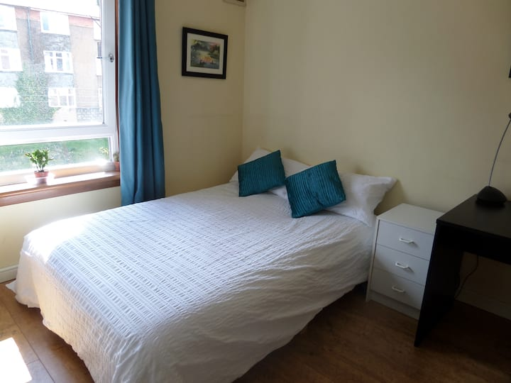 Large Double bedroom + desk in fantastic location