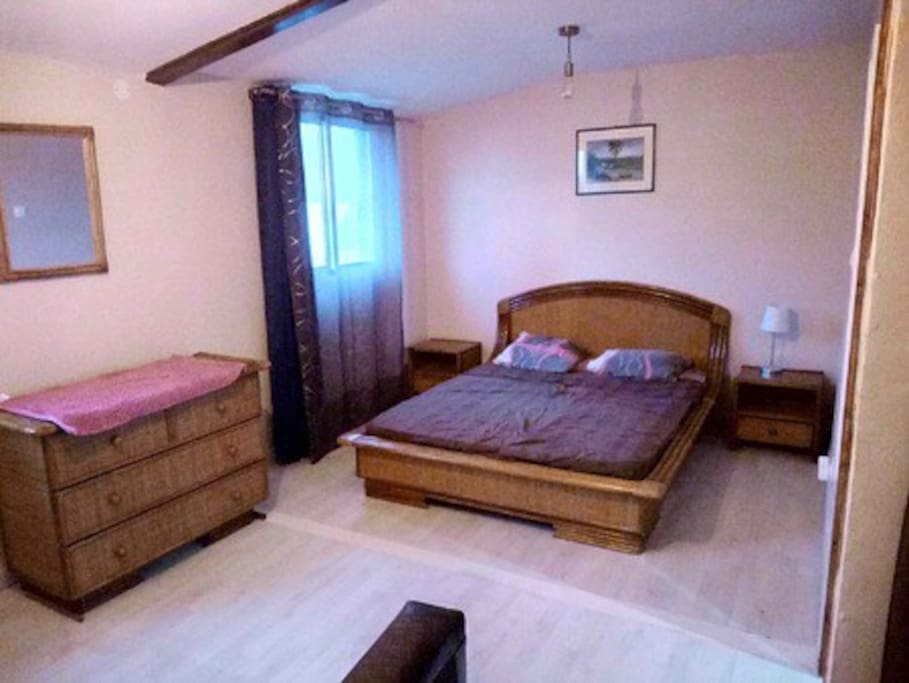 Chambre confortable La chambre climatisée de 18 m2 , dispose d'un lit double + un lit gigogne (2 lits simples pour enfants). Vous apprécierez les 2 fenêtres offrant une vue imprenable sur les montagnes.