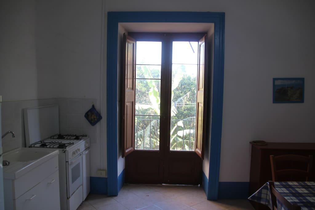 angolo cottura e balcone su giardino interno