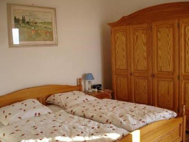 großes Schlafzimmer für 2 Pers.