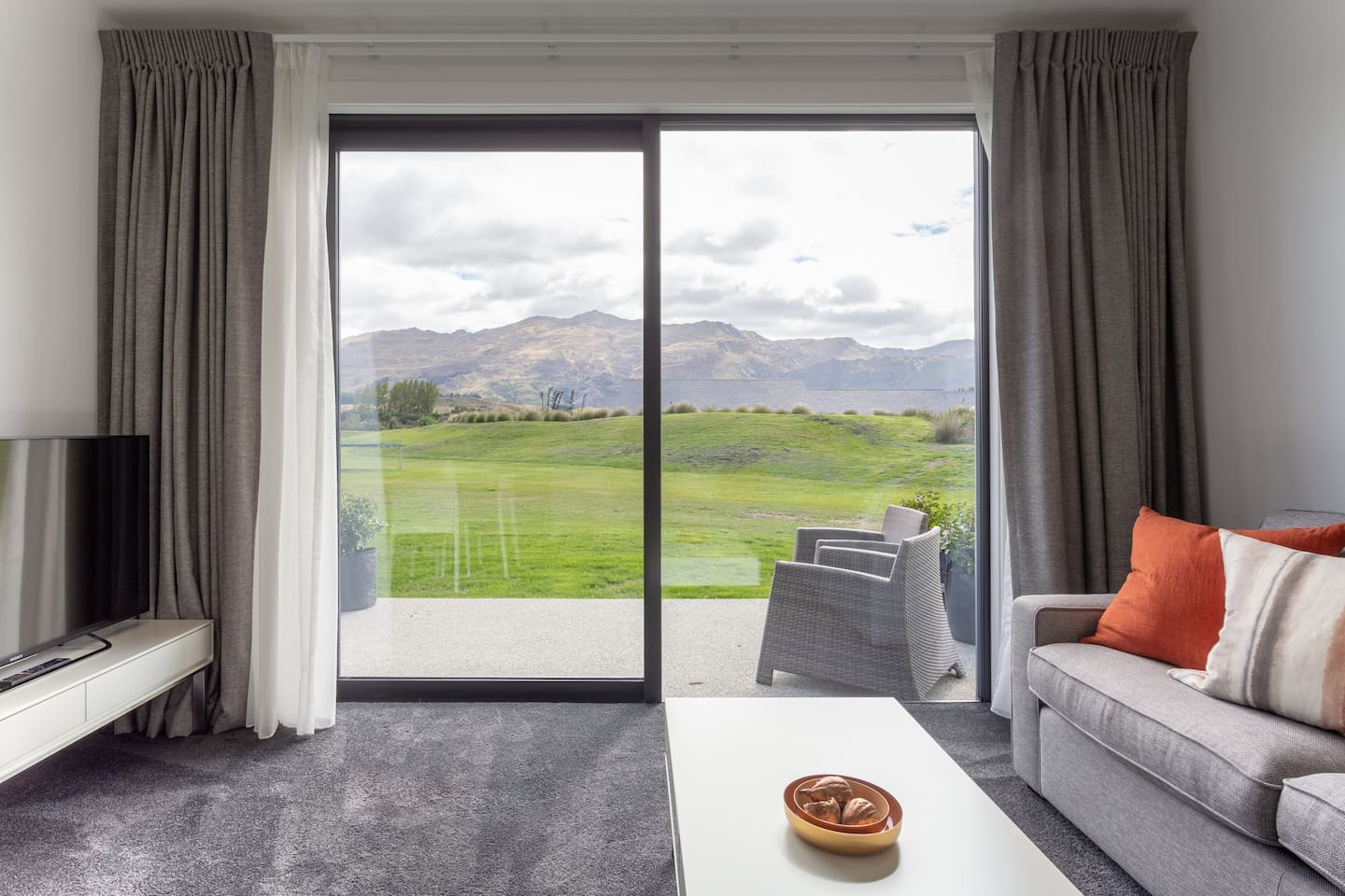 stunning views of Coronet Peak and only a 10-15 min drive to the ski field carpark.