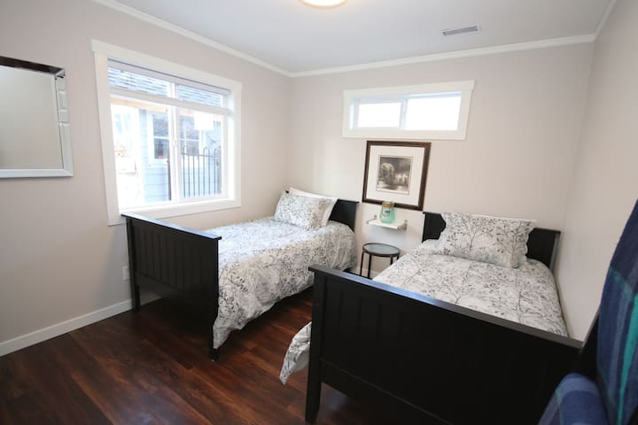 Second bedroom with comfortable twin beds, closet and lots of natural light