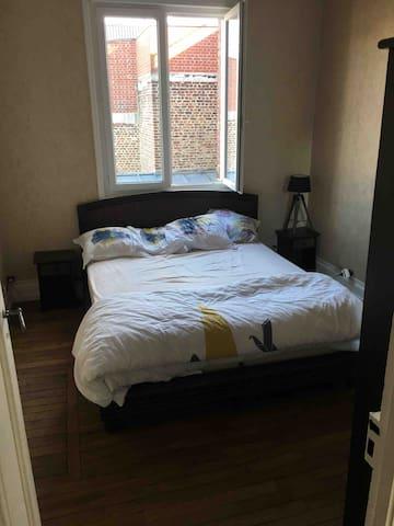 Une première chambre avec un lit 160x200  Deux tables de chevet et une grande armoire avec un côté penderie et un côté étagère.  Le linge de lit est fourni. Les lits sont faits par nos soins.