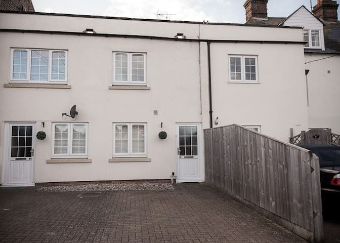 Self contained serviced flat in Didcot Town centre