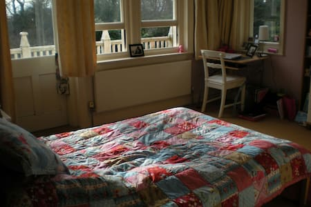 Cosy Double room in happy house- hot drinks+pastry