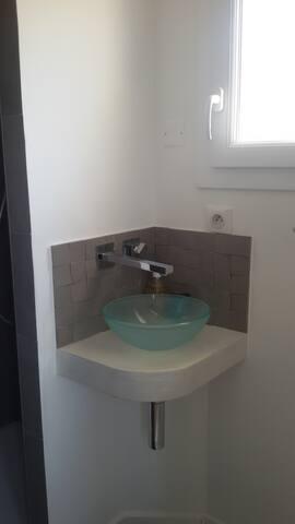 salle d'eau deuxième étage ( lavabo + douche) ( pas de volet à cette petite fenêtre sans vis à vis)