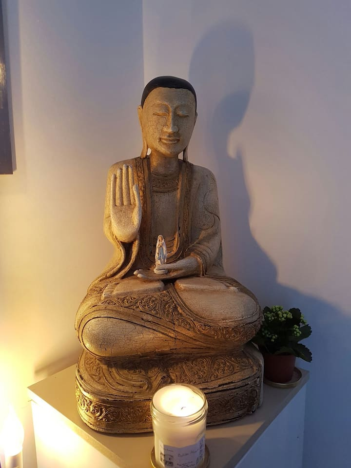 Moine bouddhiste qui vous accueillera pour un séjour plein de sérénité