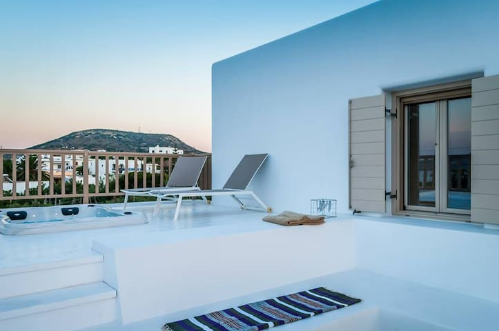 Sea view Luxury Suite with outdoor hot tub - Pollonia - อพาร์ทเมนท์