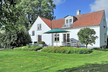 Charming, renovated countryhouse with huge garden - Brabrand